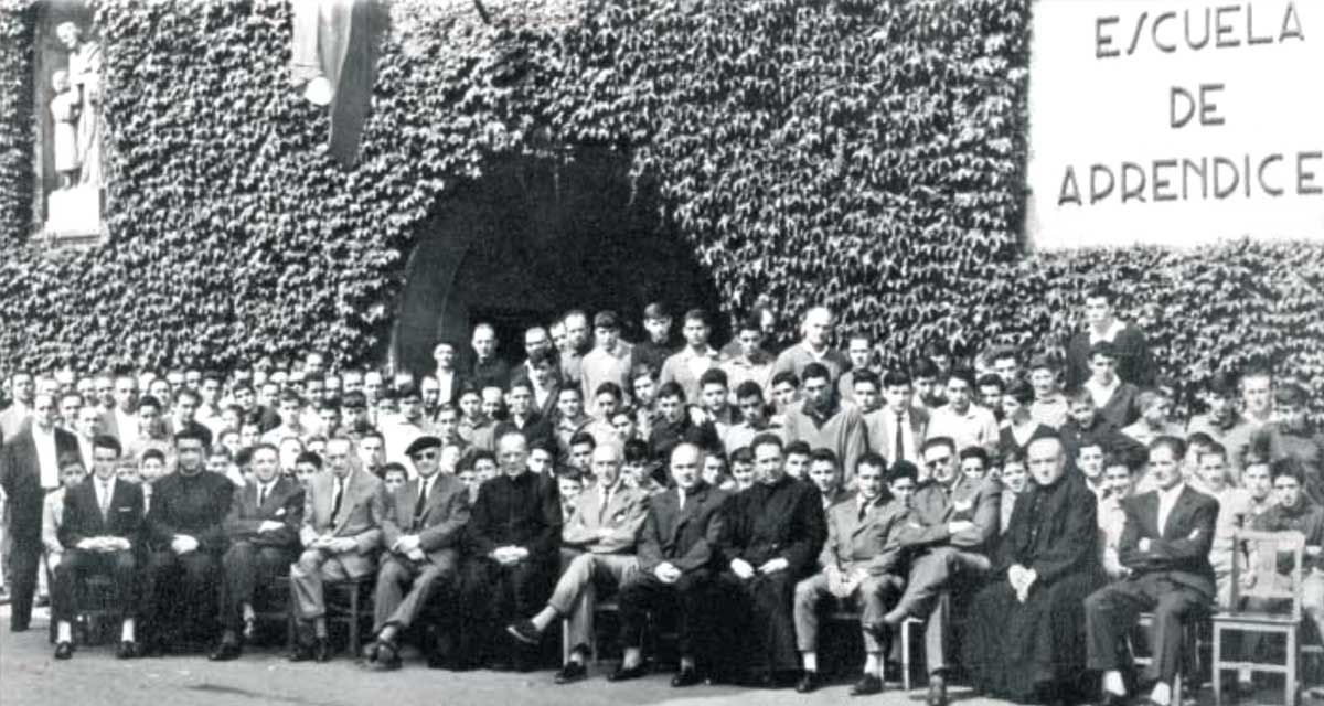 José María Aritmendiarrieta y alumnos de la Escuela Profesional