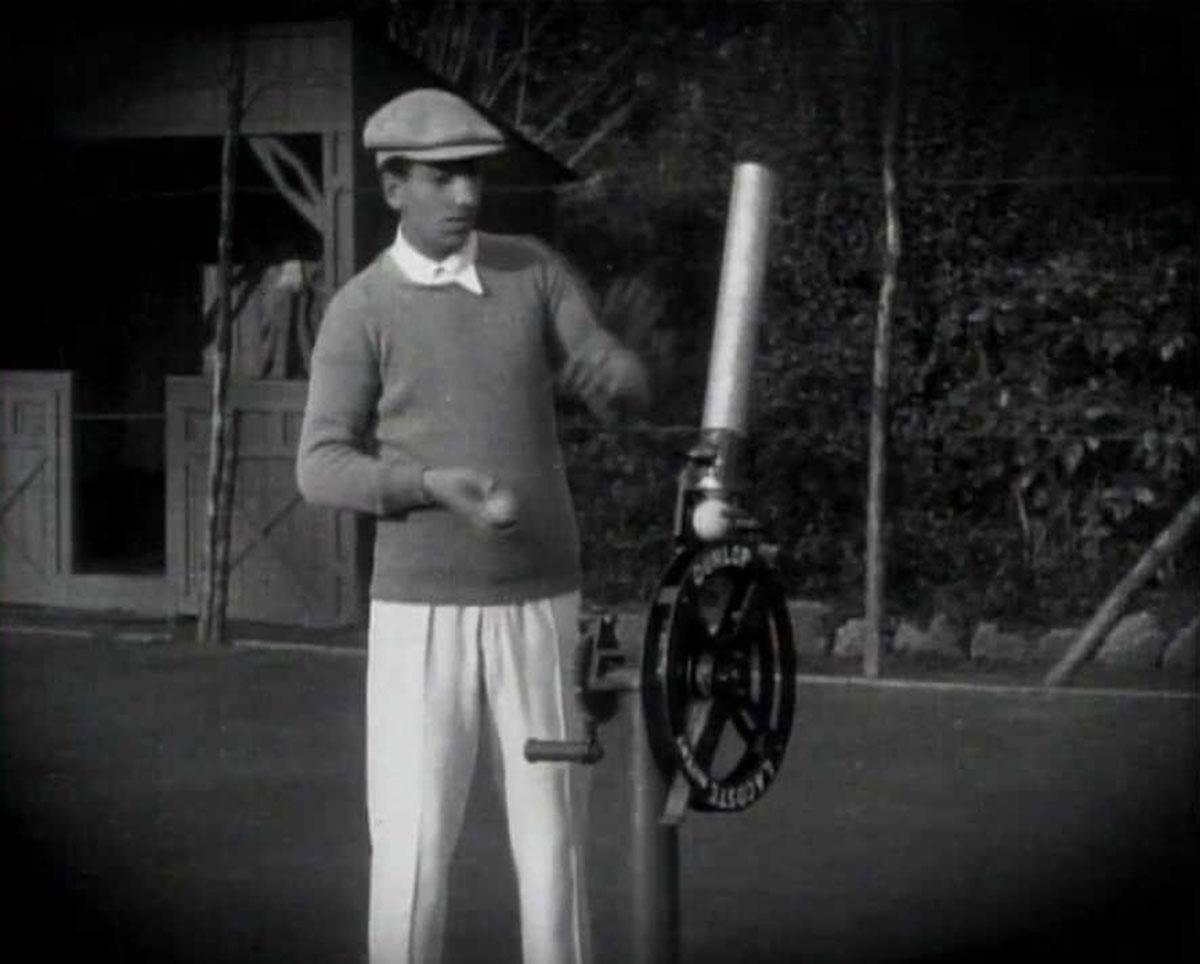 Lacoste probando su máquina lanzadora de bolas