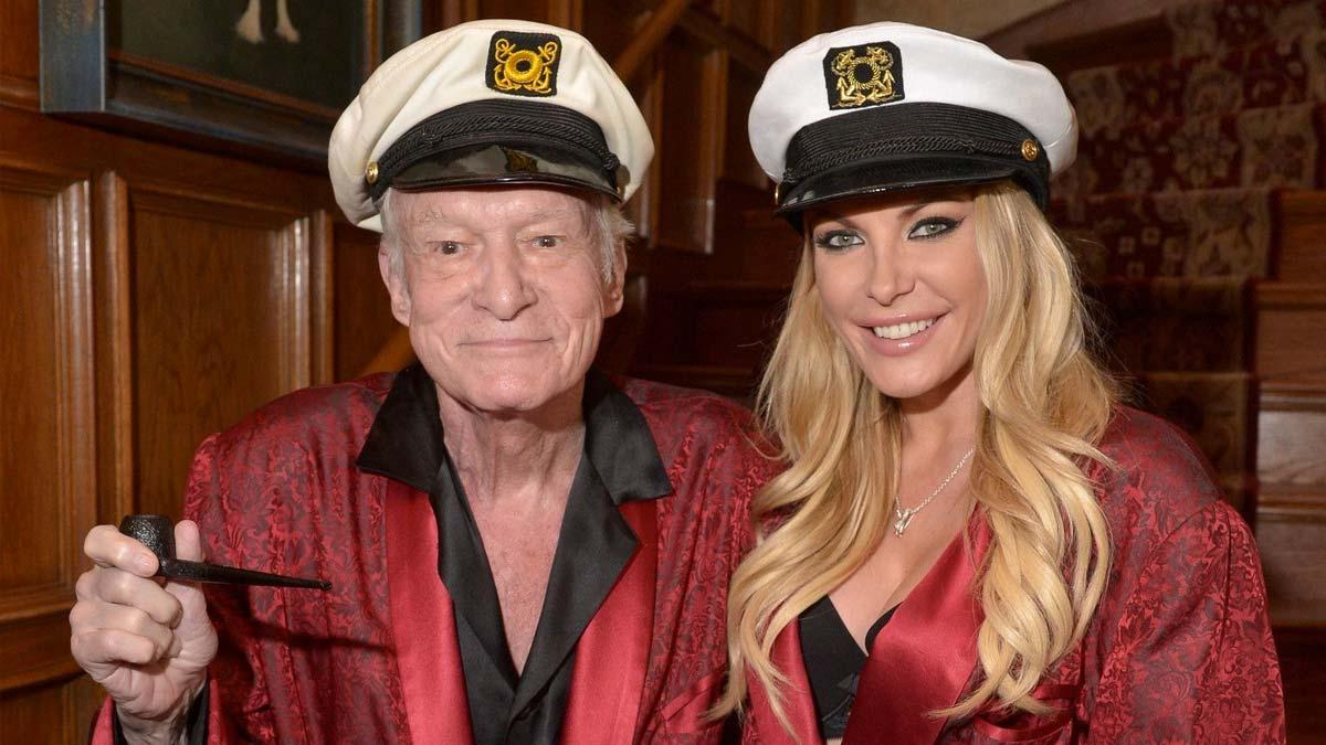 Hugh Hefner posando con su típico gorrito marinero, batín de seda y pipa