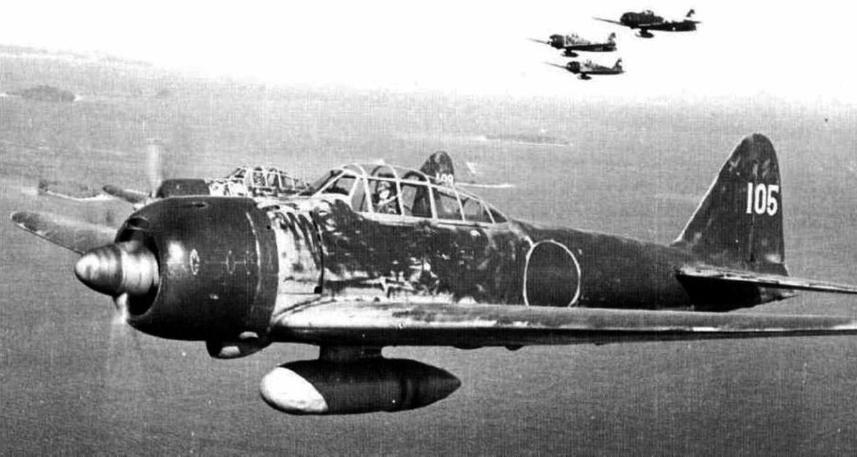 Mitsubishi A6M Zero con la configuración Kamikaze, portando una bomba fija en la panza de 250 kg. Una técnica que los espías británicos les ayudaron a desarrollar y que sería debastadora en Pearl Harbor