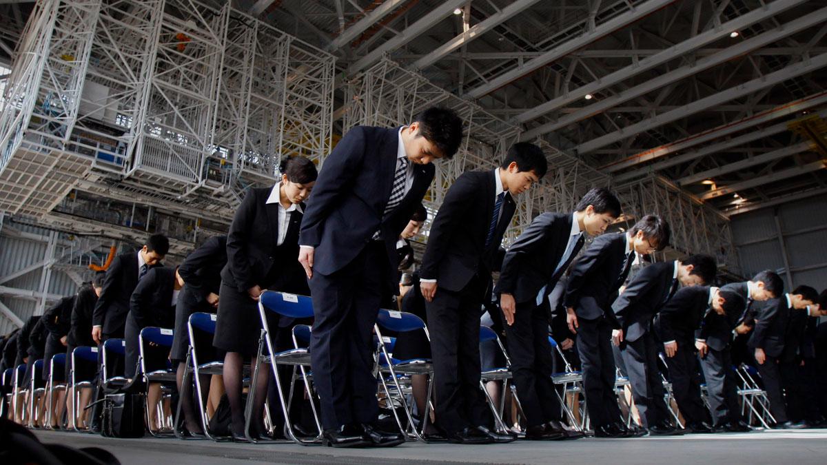 Trabajadores japoneses saludando
