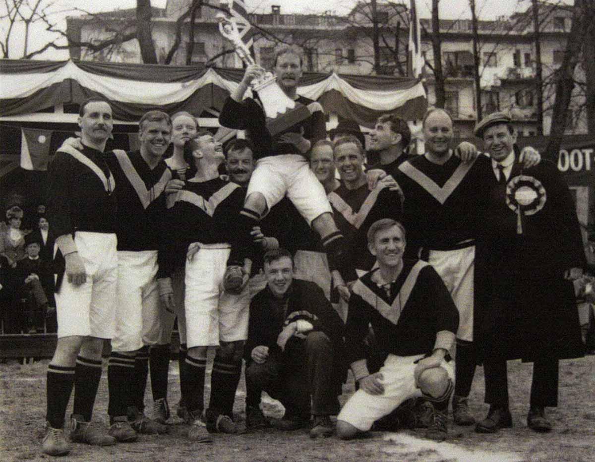Plantilla del West Auckland Town FC tras ganar su segunda T. Lipton Trophy (1910)