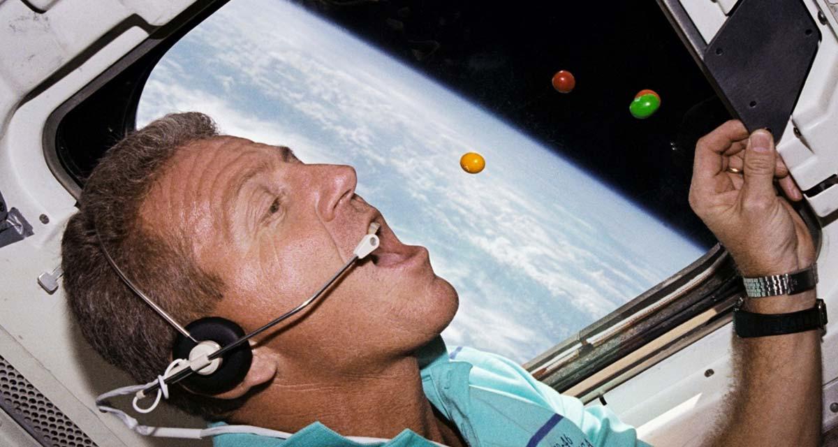 El Astronauta Loren Shriver comiendo M&M's en el espacio
