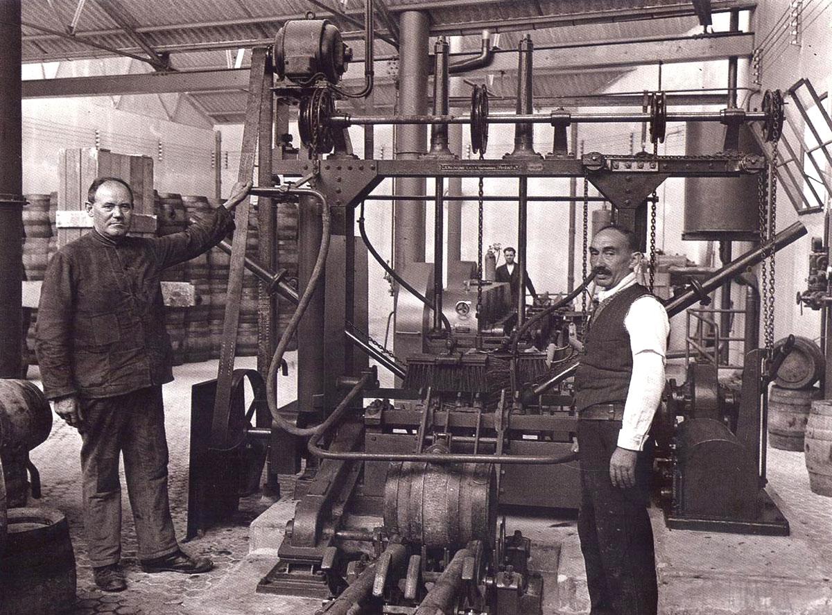 Interior de una fábrica de Mahou (1930)