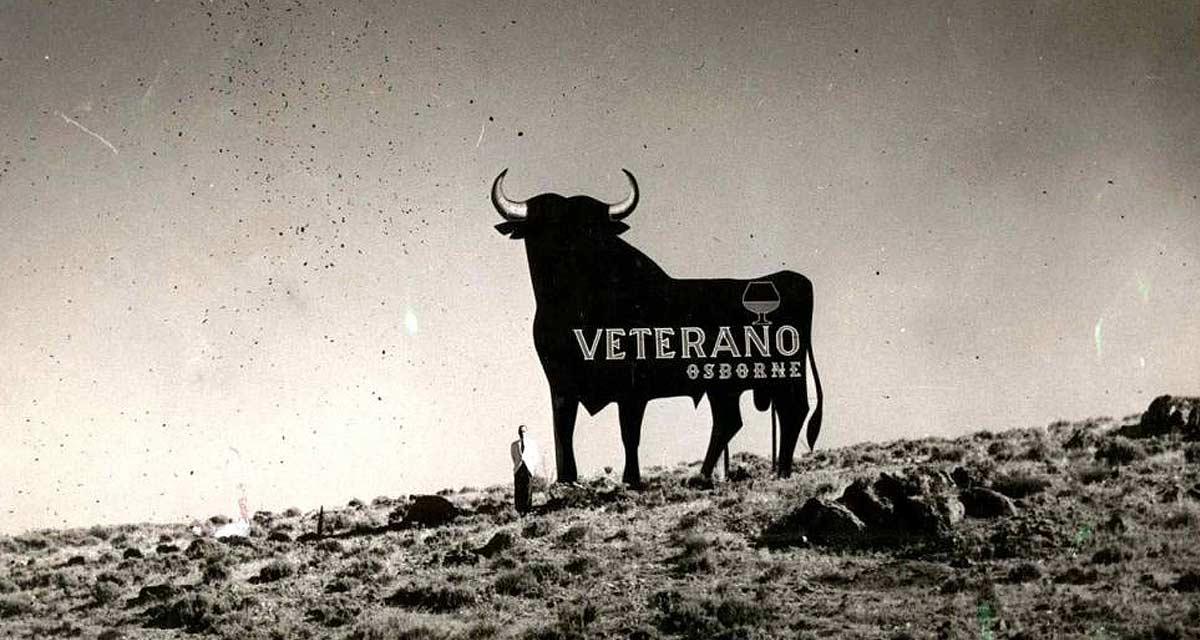 Primeras vallas publicitarias de brandy Veterano con el toro de Osborne pintado