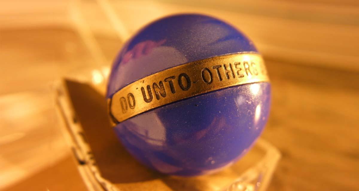 Bola de mármol y oro que regalaba a sus empleados el fundador de Samsonite para que tomasen buenas decisiones