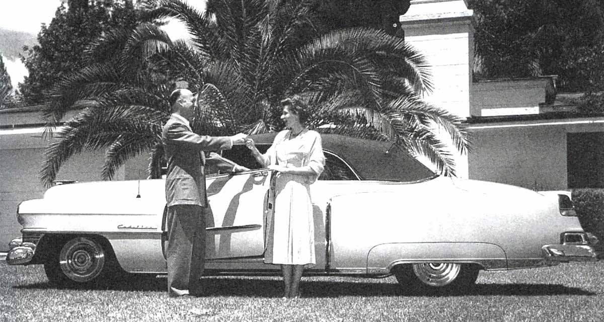Earl Tupper entregándole a Brownie Wise las llaves de un Cadillac (1952)