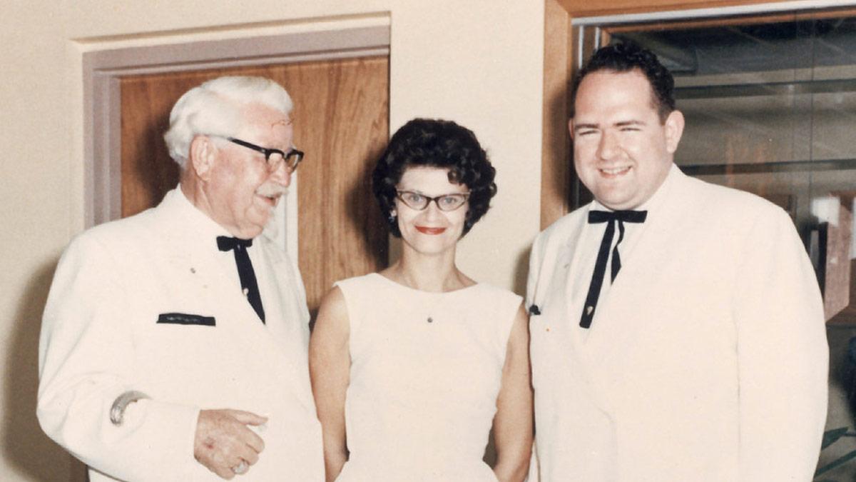 El Coronel Sanders acompañado de Lorraine y Dave Thomas