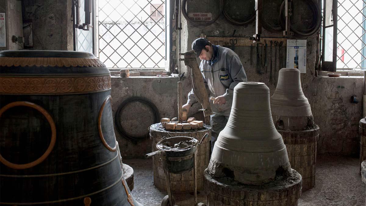 Artesano de la Fundición Marinelli preparando la base de las campanas con ladrillos y arcilla