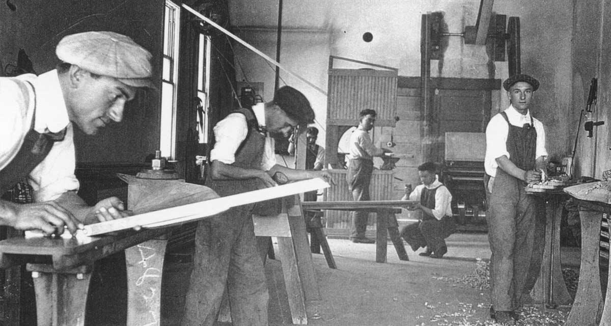 Gelindo Jacuzzi trabajando en la fábrica de aviones de Jacuzzi (Izquierda)