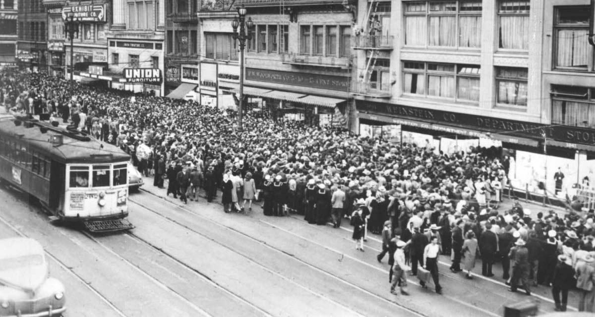 Muchedumbre en San Francisco, tras ponerse a la venta las medias de nylon de Dupont