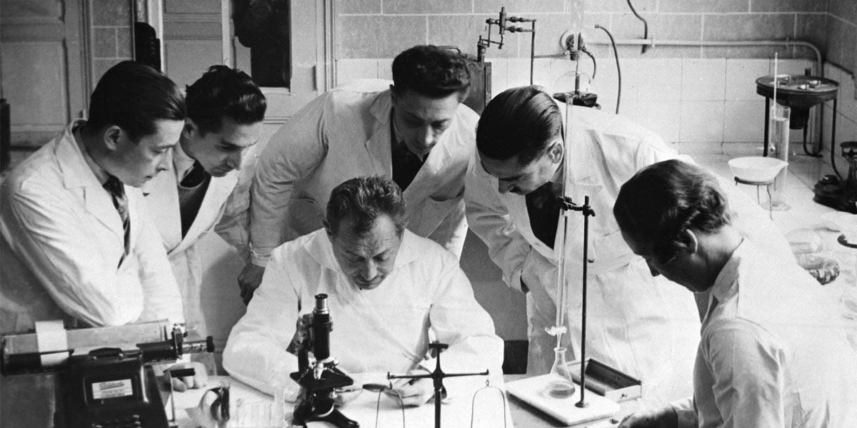 Eugène Schueller investigando con su equipo - L'oréal