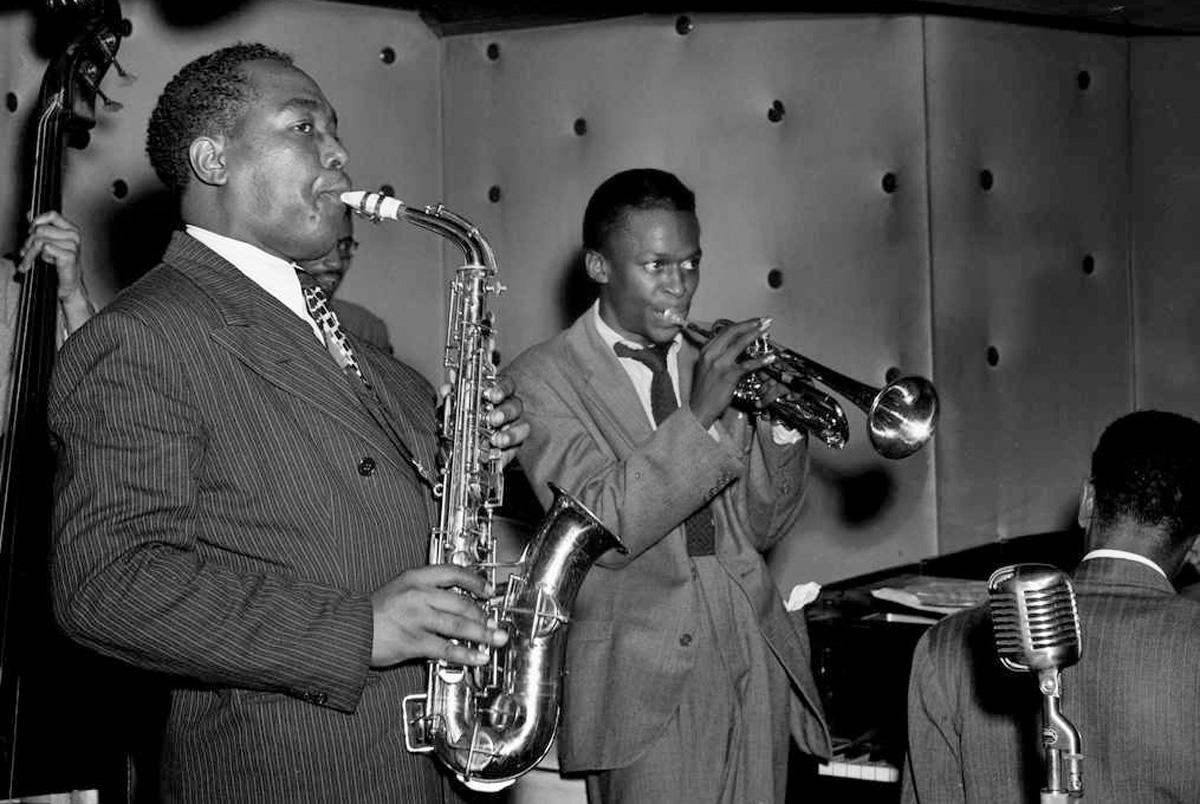 Charlie Parker y un jovencísimo Miles Davis haciendo Bebop