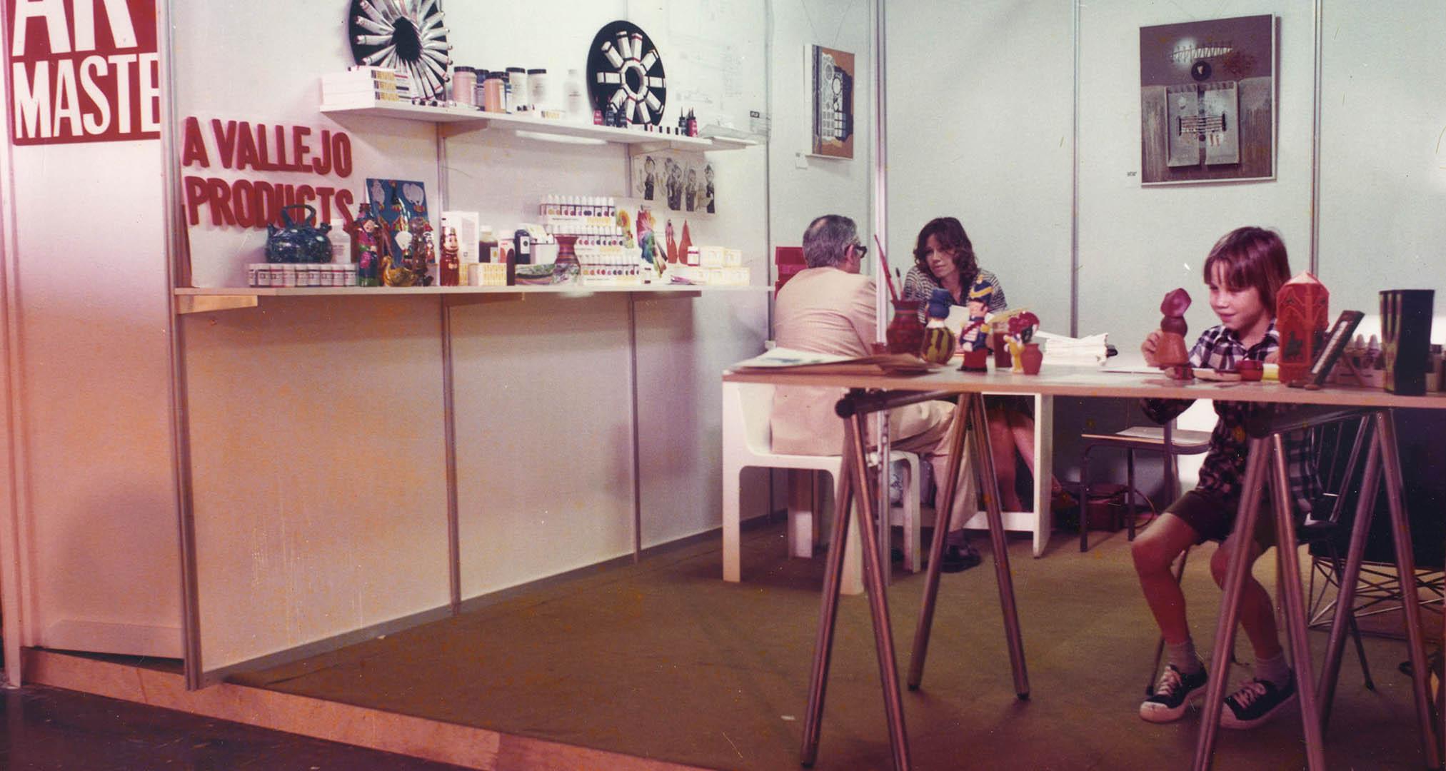 Eugenie Safranek (izquierda) y Alex Vallejo (derecha) en la Feria de Valencia de 1978